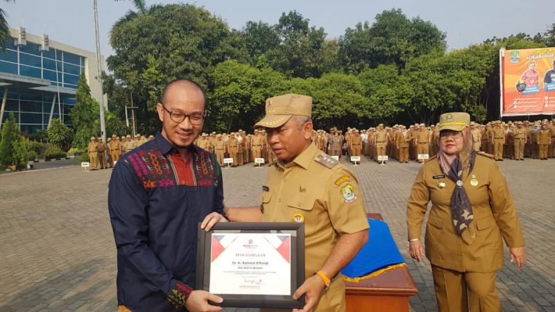 Pendiri Wiranesia Inkubator Faransyah Agung Jaya bersama Wali Kota Bekasi Rahma Effendi. (Foto: Firda Puri Agustine/Ayobekasi.net)