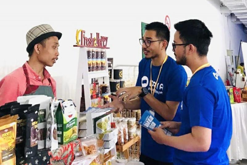 Pelaku UMKM mendapatkan edukasi terkait manfaat dari transaksi nontunai secara digital DANA di Malang Folks Market, Jumat (4/10/19) (Foto : Dana)