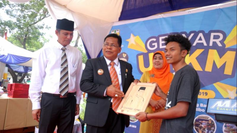 Aminullah Usman, Wali Kota Banda Aceh, membuka kegiatan Gebyar UMKM di halaman kantor dinas di Jalan Soekarno Hatta, Selasa (8/10/19). (Foto : Pemkot Aceh)