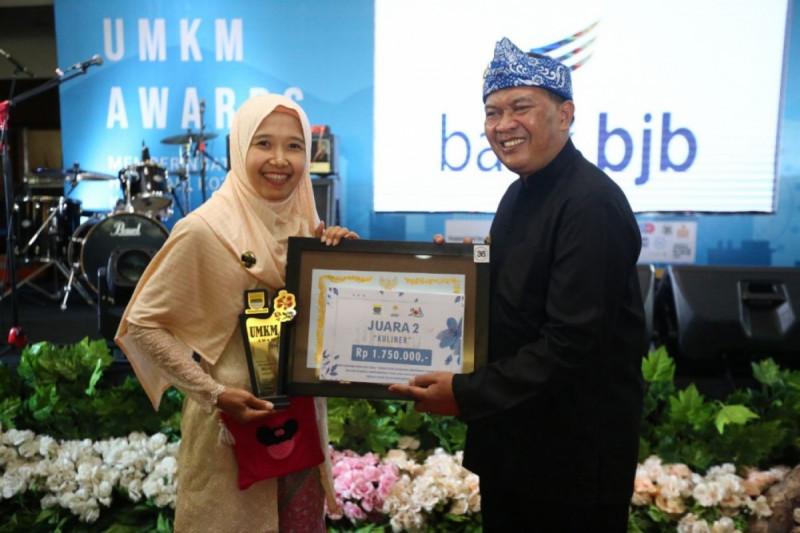 Wali Kota Bandung, Oded M. Danial memberikan penghargaan UMKM Award 2019 kepada salah satu pelaku usaha UMKM Bandung. (Foto : Humas Bandung)