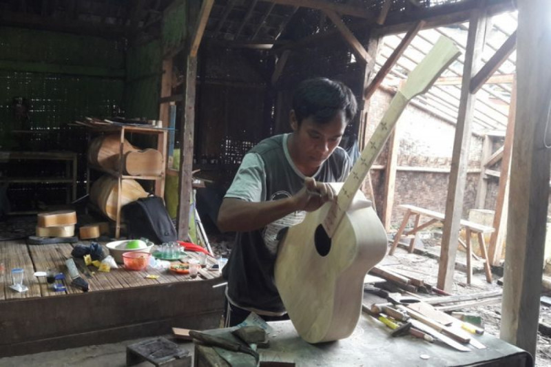 Proses pembuatan Gitar Gore dengan peralatan sederhana di Kecamatan Leuwidamar, Kabupaten Lebak, Provinsi Banten. (Foto: Acep Nazmudin).