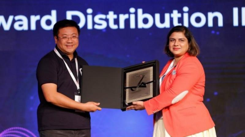 Chief Operating Officer Ralali Alexander Lukman mewakili perusahaan menerima dua penghargaan internasional Ralali.com atas pemberdayaan UMKM di Thailand. (Foto: Suara)