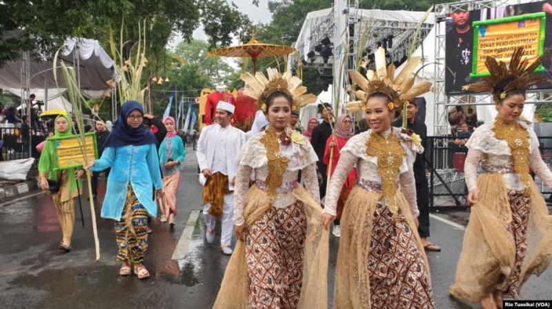 Kontingen Dinas Perkebunan Jawa Barat menampilkan tarian tradisional untuk memukau hadirin dalam West Java Festival, Sabtu (2/11/19) (Foto: Rio Tuasikal)