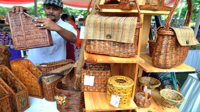 UMKM produk kerajinan dari bahan koran bekas saat Gebyar Usaha Mikro Kecil Menengah (UMKM) Juara di lapangan Kampus IPB,Bogor. (Foto: ANTARA)