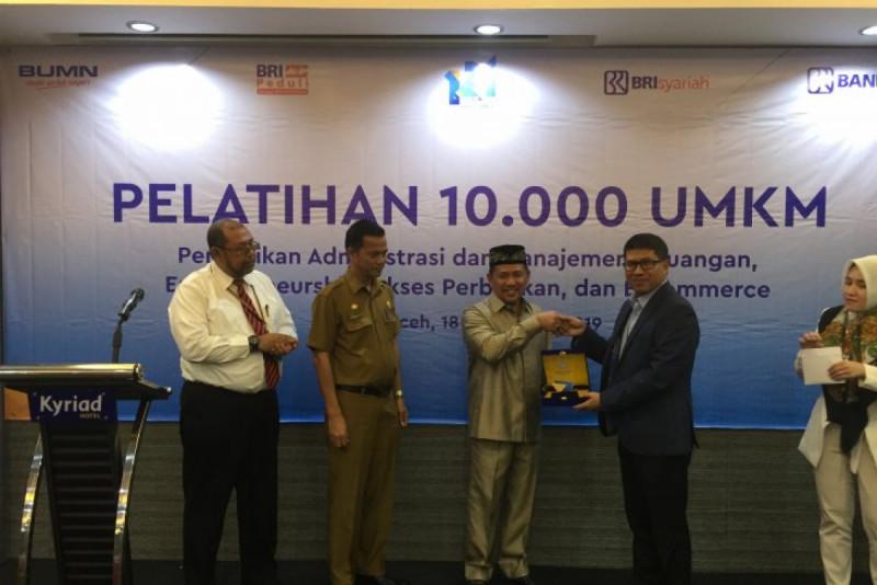 Pimpinan Wilayah BRI Aceh, Handaru Sakti memberikan penghargaan kepada Wakil wali Kota Banda Aceh, Zainal Arifin di Banda Aceh, Senin (18/11/19). (Foto : M ifdhal)