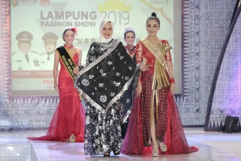 Ketua Dekranasda Lampung Riana Sari Arinal pada peragaan busana di Bandarlampung, Selasa (19/11/2019). (Foto: Antara Lampung)