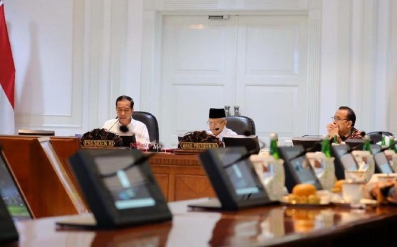 Presiden Joko Widodo menyoroti masalah sampah di kawasan pariwisata dalam rapat kabinet terbatas di Kantor Presiden, Jakarta, Kamis (21/11/19). (Foto:Andhika Prasetia)