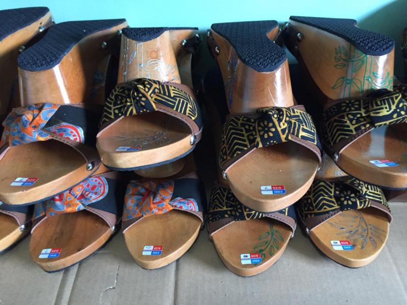 Tumpukan sandal kayu produksi Dinara Wooden Heel siap untuk dipasarkan. Foto: (doc/MNEWS).
