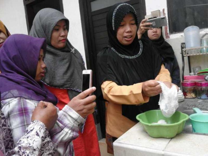 Yunita Lestari menjelaskan cara membersihkan limbah popok bayi sebelum diolah lebih lanjut. Foto: Kelurahan Tunjung Sekar.