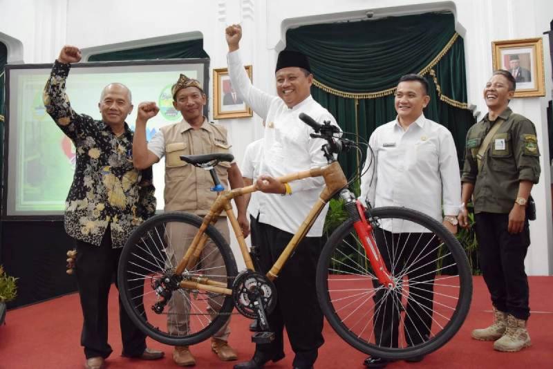 Wagub Jabar Uu Ruzhanul Ulum menampilkan salah satu produk berbahan kayu dalam Bambu Vaganza di Gedung Sate, Bandung, Rabu (27/11/19). (Foto:Anthika Asmara)