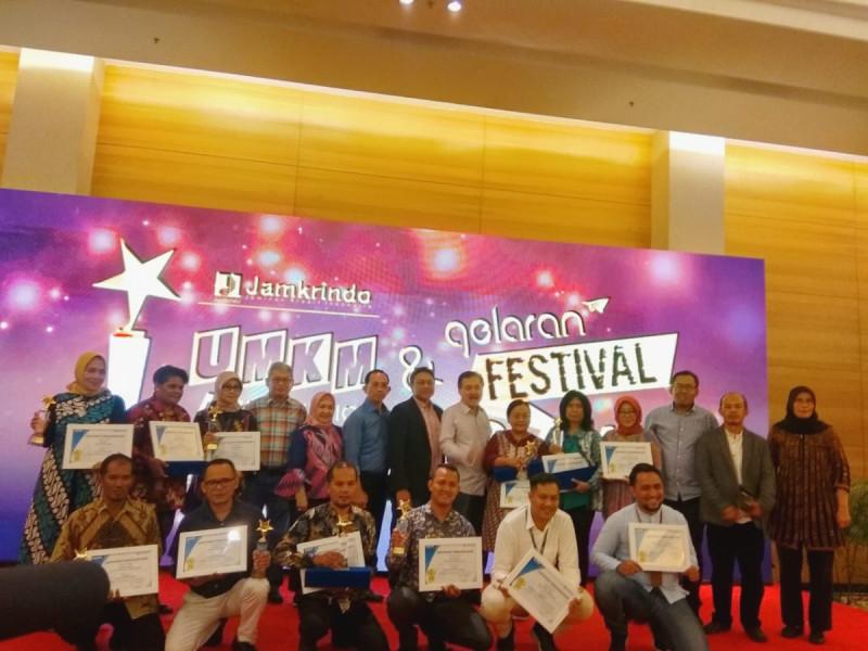 Pelaku UMKM yang mendapatkan penghargaan dalam acara UMKM Appreciation Awards dan Festival UMKM, di Hotel JS Luwansa, Jakarta, Jumat (29/11/19). (Foto: MNEWS)