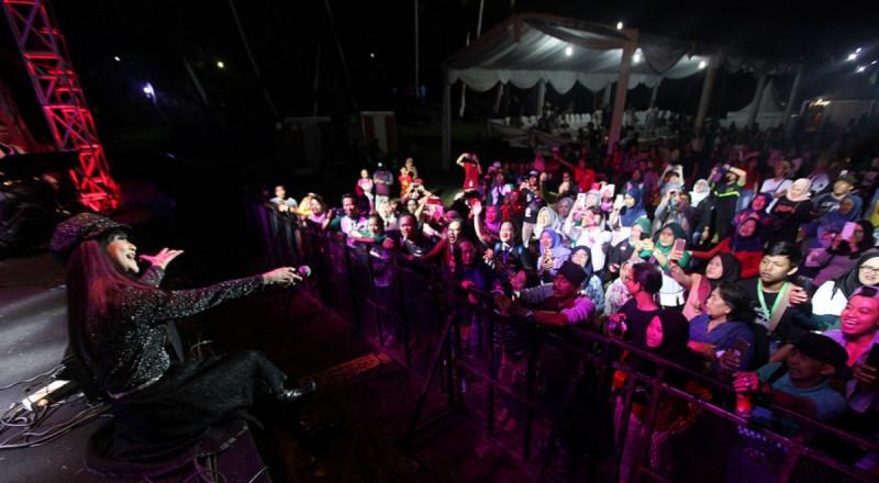 Penyanyi Ira Purnamasari menghibur penonton di gelaran Internasional Jatiluhur Jazz Festival,  Purwakarta, Jawa Barat. Minggu, (1/12/19). (Foto: Media Indonesia)