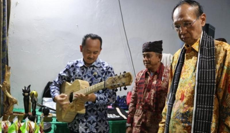 Wakil Bupati Lebak Ade Sumardi saat meninjau produk-produk UKM bersama Manager NSC Rangkabitung Rahmat Septiadi Moscha, dan Ketua PHRI Banten Ahmad sari Alam. (Foto: ANTARA)