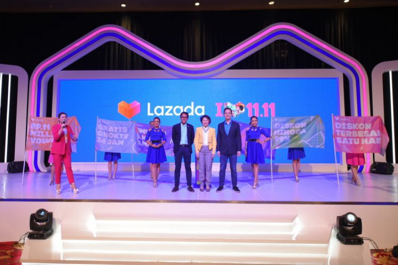 Haikal Bekti Anggora, Monika Rudijono, dan Ferry Kusnowo dari Lazada Indonesia, pada Konferensi Pers Festival 11.11 Lazada di Ritz Carlton, Jakarta (5/11/19).(Foto : Kompas.com)