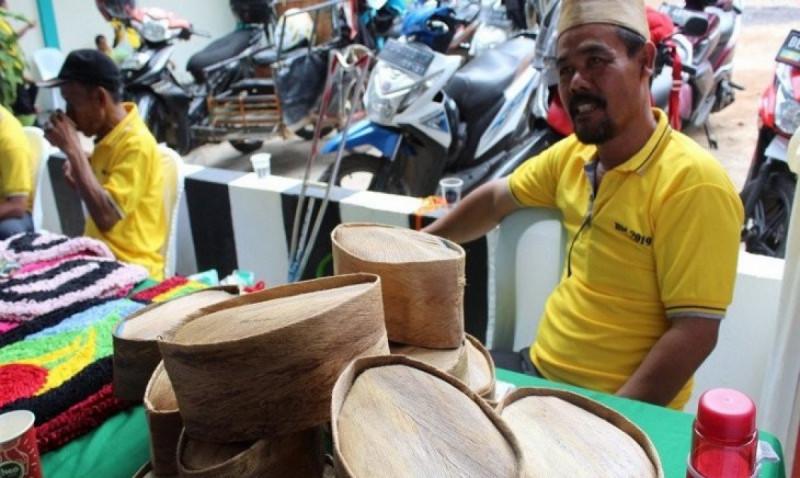 Seorang penyandang disabilitas asal Lampung Selatan kreasikan tapas kelapa menjadi peci unik bernilai jual, Bandar Lampung, Rabu (4/12/2019). (Foto: Ruth Intan Sozometa Kanafi)