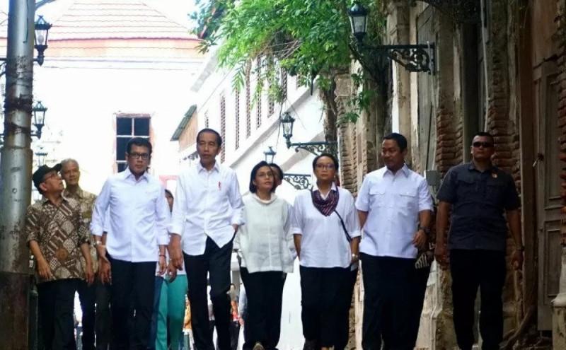 Presiden Joko Widodo bersama para Menteri meninjau kawasan kota lama Semarang, Jawa Tengah pada Senin (30/12/19). (Foto: Bayu Prasetyo)