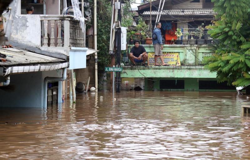 Warga melihat kondisi banjir yang menggenangi Kawasan Rawajati, Jakarta, Rabu Rabu (1/1/2020). (Foto: Helmi Fithriansyah)
