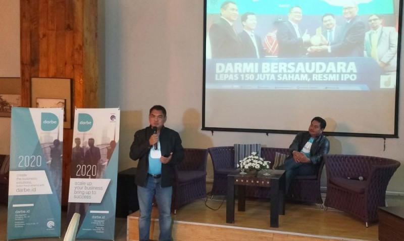 Mochammad Ilham didampingi Abdul Haris Novianto menjelaskan tentang keberadaan Darbe.id dihadapan beberapa media. (Foto: Jatimnow.com)