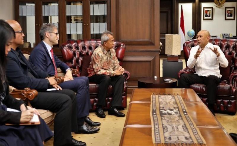 Menteri Koperasi dan Usaha Kecil Menengah (UKM) (kanan) saat menerima Chairman SwissCham Indonesia Lutfhi Mardiansyah, di Jakarta, Senin (20/1/20).(Foto: Kemenkop UKM)