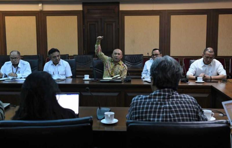 Menteri Koperasi dan UKM Teten Masduki, usai menerima CEO Kreavi Motulz Anto dan Staf Khusus Presiden, Putri Tanjung, di Jakarta, Selasa (21/1/20). (Foto: BeritaSatu)