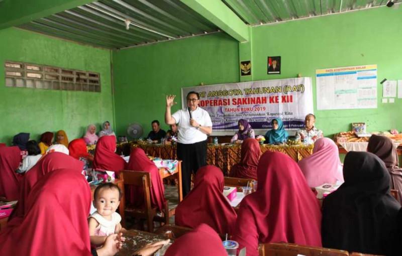 Sekretaris Kementerian Koperasi dan UKM Rully Indrawan dalam Rapat Anggota Tahunan (RAT) Koperasi Wanita Sakinah di Desa Citamiang, Kabupaten Sukabumi, Minggu (9/2/20). ( Foto: Istimewa )