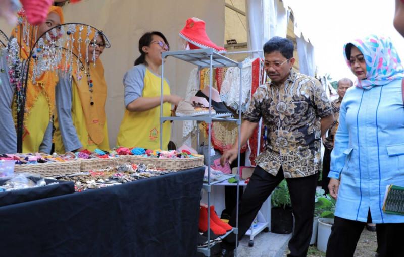 Sachrudin Wali Kota Tangerang bersama sang istri mengunjung booth salah satu pelaku UMKM di Tangerang Great Sale 2020. (Foto: Berita Tangerang)