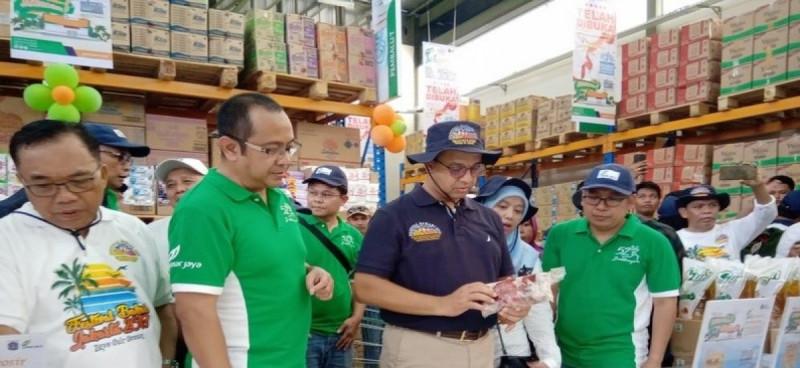 Gubernur DKI Jakarta mengecek bahan pangan yang ada di JakGrosir Kepulauan Seribu. Gerai tersebut terletak di Pulau Tidung Besar, Kepulauan Seribu Selatan. (Foto: Republika)