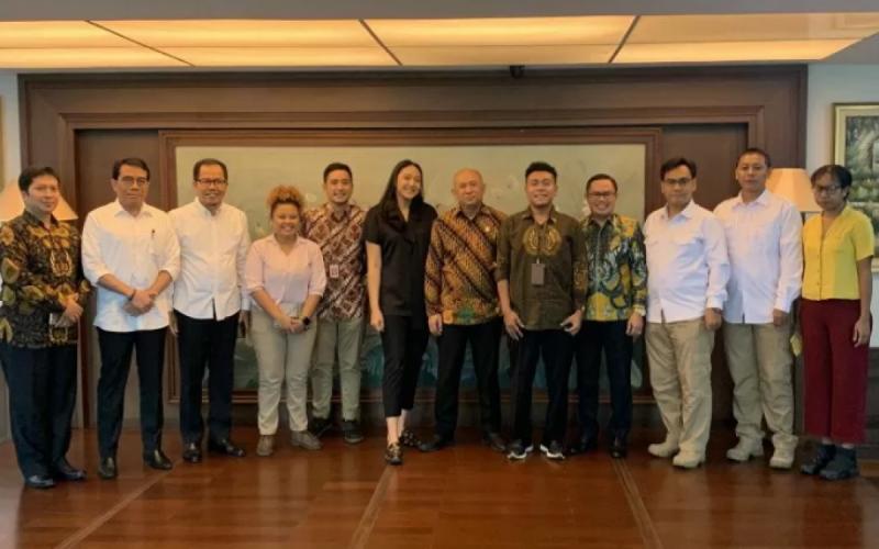 Menkop dan UKM Teten Masduki bersama jajaran melakukan pertemuan dengan dua Staf Khusus Presiden Jokowi di Kantor Kemenkop dan UKM, Jakarta, Selasa (18/2/2020) (Foto: Hanni Sofia)