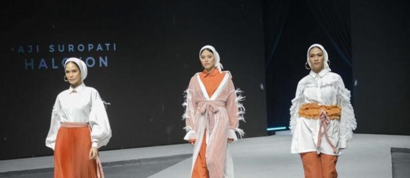 Model memperagakan busana karya designer Aji Suropati saat pembukaan acara Muslim Fashion Festival 2020 di Jakarta Convention Center, Jakarta, Kamis (20/2/20). (Foto: Thoudy Badai)