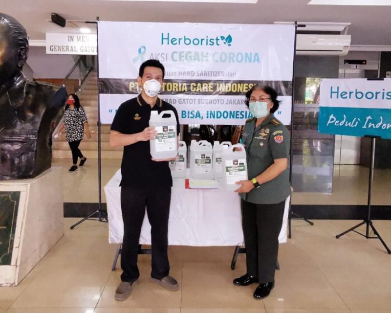 PT Victoria Care Indonesia memberikan donasi 500 jerigen hand sanitizer ke RSPAD Gatot Subroto.(Foto: Warta Ekonomi)
