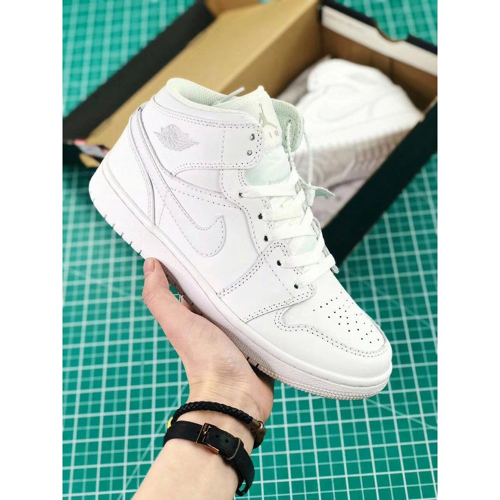 Nike sneaker shoes   E-valy Limited