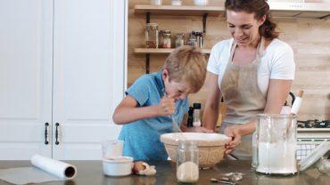 ให้ลูกช่วยงานครัวด้วยขนมทำง่าย