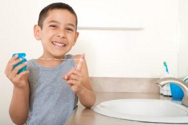 การใช้ไหมขัดฟันสำหรับเด็ก