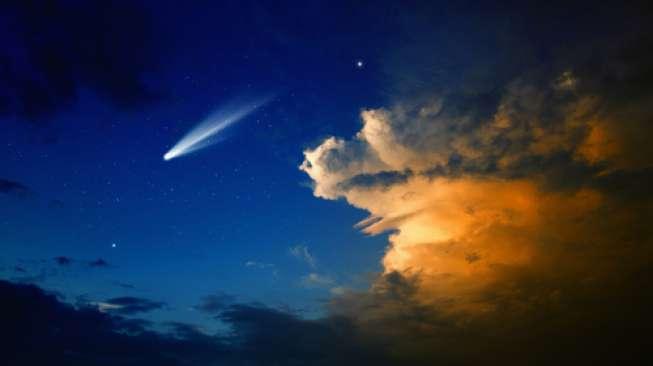 Ilustrasi komet di langit malam (Shutterstock).