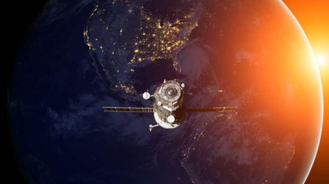 Ilustrasi satelit di luar angkasa (Shutterstock).