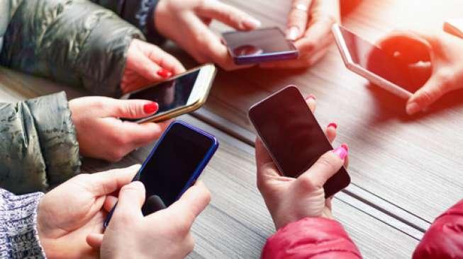 Sejumlah orang sedang menggunakan telepon seluler pintar. [Shutterstock]