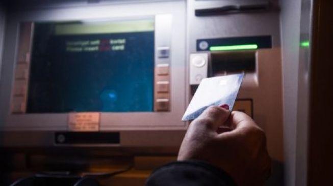 Kartu dimasukkan ke dalam mesin ATM. [shutterstock]