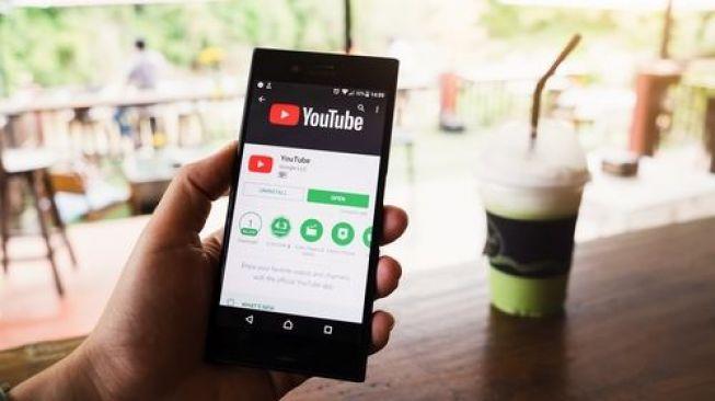 Ilustrasi nonton YouTube melalui telepon pintar [Shutterstock]