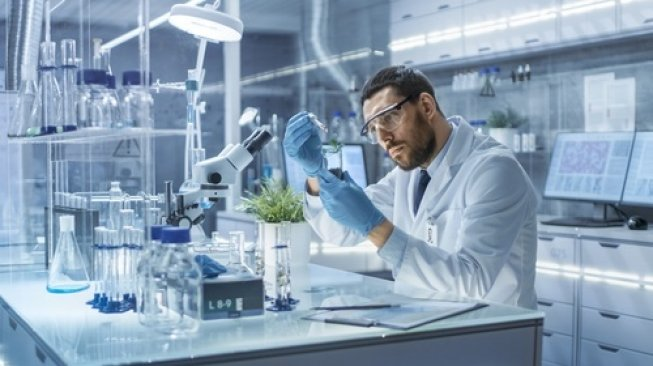 Ilustrasi seorang lelaki di laboratorium. [Shutterstock]