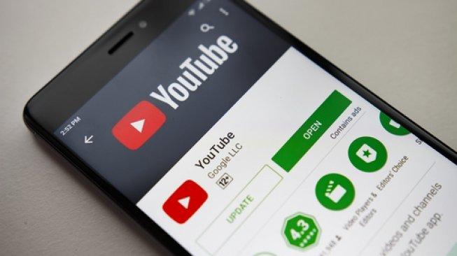 Ilustrasi aplikasi YouTube pada sebuah ponsel pintar. [Shutterstock]