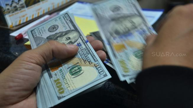 Ilustrasi uang dolar Amerika Serikat.[Suara.com/Muhaimin A Untung]