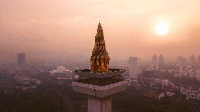 Suhu Jabodetabek jelang akhir April semakin panas. Ilustrasi puncak Tugu Monas, Jakarta pada Mei 2018 lalu. [Suara.com]