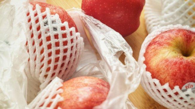 Buah apel dalam jaring. (Shutterstock)
