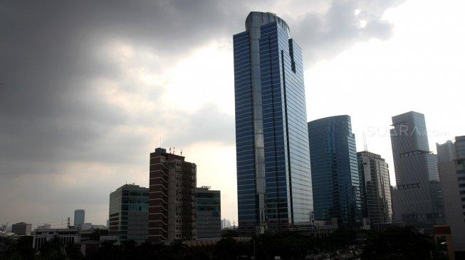 Cuaca Jakarta di tengah guyuran hujan. [Suara.com/Arief Hermawan P]