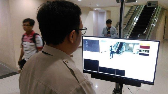 Bandara Adi Soemarmo, Solo, memasang alat thermal scanner untuk mengantisipasi masuknya virus cacar monyet ke Indonesia. (Suara.com/Adi Purnomo)