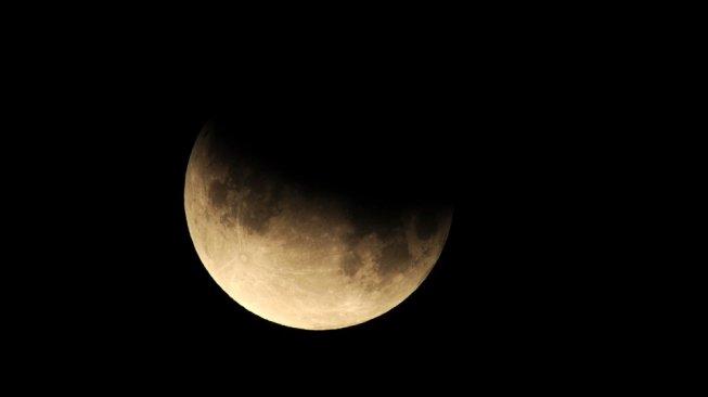 Gerhana bulan terakhir 2020 akan terjadi pada 30 November. Foto: ilustrasi gerhana bulan parsial. [Shutterstock]