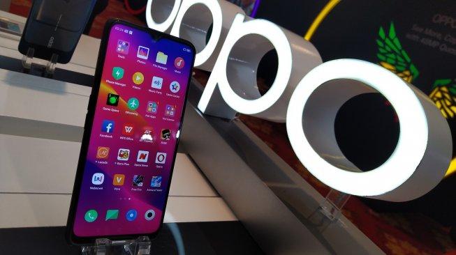 Oppo Find X2 akan diluncurkan pada 6 Maret 2020. Ilustrasi ponsel buatan Oppo. [Suara.com/Tivan Rahmat]