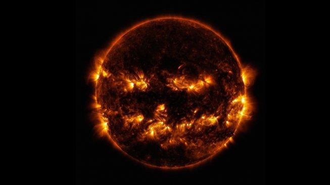 Fenomena matahari lockdown tak akan memicu bencana di Bumi. Foto Matahari yang mirip labu Halloween dari badan antariksa AS. [Twitter/NASA]