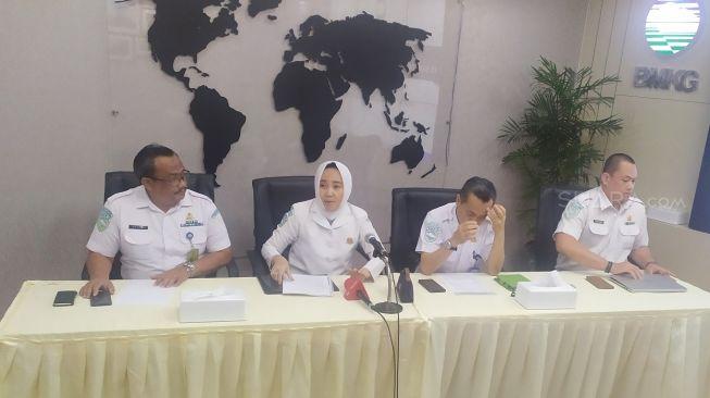 Kepala BMKG Dwikorita Karnawati (kerudung). (Suara.com/Tyo)