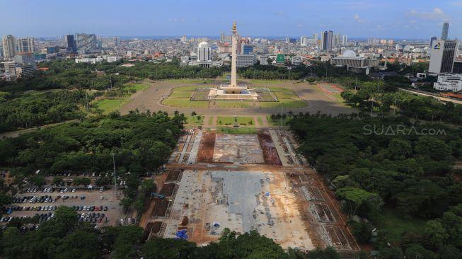 Suasana Proyek Revitalisasi taman sisi selatan Monumen Nasional (Monas), Gambir, Jakarta Pusat, Kamis (23/01).[Suara.com/Alfian Winanto]